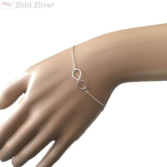 Echt zilveren fijne armband met in het midden een infinity, lemniscaat symbool.De armband is te verstellen van 17.50 cm tot 20 cm.Prachtig sieraad om te geven of om te krijgen.