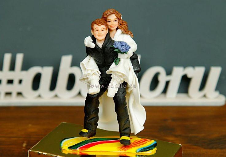 """Фигурки на торт """"Молодожены-экстрималы""""  Красивые и оригинальные фигурки жениха и невесты💏 на сноуборде из мастики отлично дополнят и придадут потрясающий вид вашему свадебному десерту!  Стоимость фигурки на торт  #молодоженов 1 пара при заказе без торта 4000₽, а с тортом всего 3000₽😉  Расскажите нам о Вашей идее, задумке или тематике праздника по телефону/WhatsApp/Viber +74955653838, а так же на нашем сайте www.abello.ru, и мы изготовим и доставим роскошную фигурку для именинника от…"""