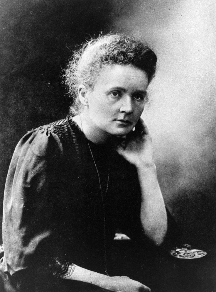 Marie Curie (1867 - 1934) Marie Curie dedicou-se ao estudo da física, matemática e química, sendo a primeira mulher a ganhar um Prêmio Nobel. Nascida Maria Sklodowska na Rússia, ainda jovem mudou-se para Paris. Em 1985 Marie casa-se com Pierre Curie, que na época trabalhava no Laboratório de Física e Química Industrial, onde mais tarde seriam colegas de trabalho. Obteve o grau de Bacharel em Física e Matemática pela Universidade de Sorbonne, em Paris, sendo a primeira mulher a lecionar…