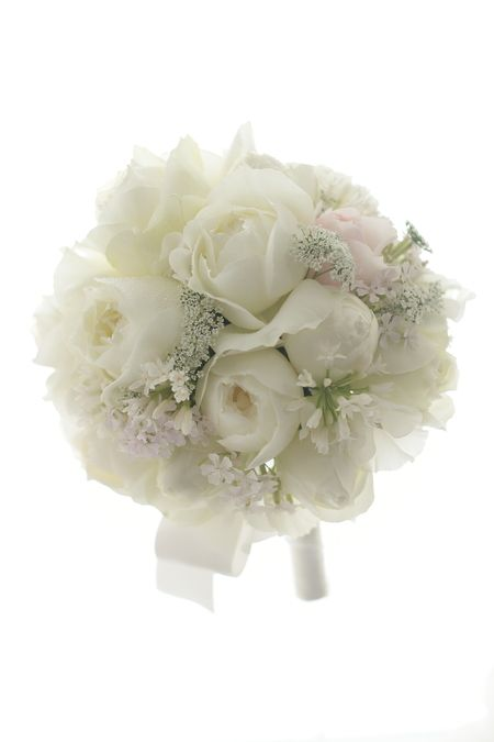 ラウンドブーケ 帝国ホテル様へ 白バラで 雪のドレスに