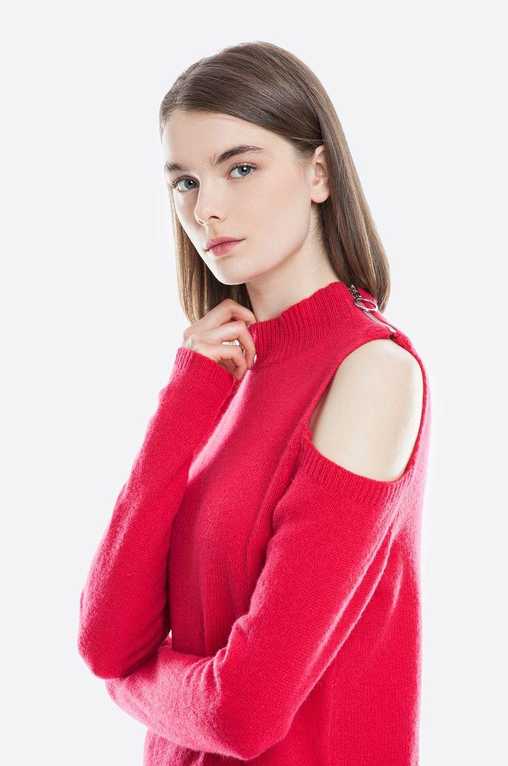 Sweter z owczej wełny, ozdobny zamek przy dekolcie, odkryte ramiona. Modelka ma 178 cm wzrostu i prezentuje rozmiar 36.