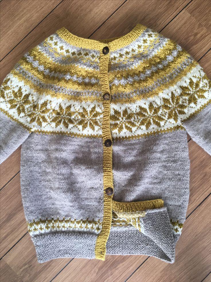 Min første strikkede cardigan 😍 Efter en norsk kofte opskrift, har dog selv valgt farver.