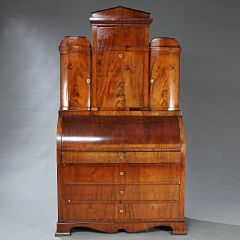 1337/209 - Dansk senempire chatol af mahogni. 19. årh.s begyndelse. H. 222. B. 133. D. 63.