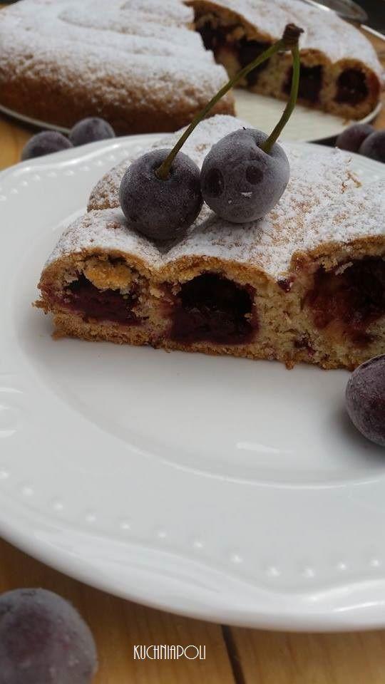 Ciasto półkruche z wiśniami zwijanew kształtślimaka. Pochodzenie tej inspiracji zostało zaczerpnięte z grupy społecznościowej, gdzie podane było samo zdjęcie bez przepisu, wiadome było tylko tyle, że jest to ciasto półkruche. W ostatnim czasie jedno z naszych ulubionych ciast, dlatego postanowiłam je wypróbować. Ciasto delikatne, z nutą kwaśnych wiśni, tradycyjne letnie ciasto. Składniki na tortownicę o …