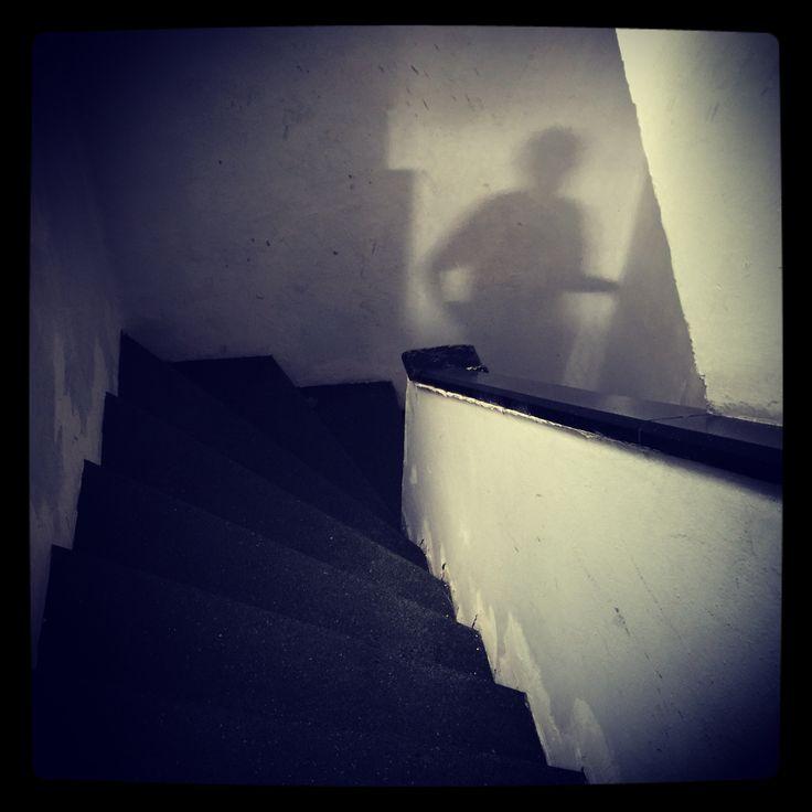 Escaleras y un pintor