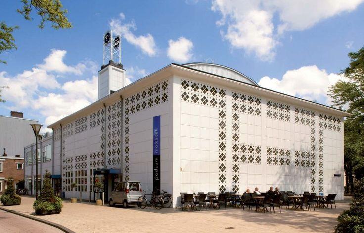 """De gereformeerde kerkgemeenschap van de Pniëlkerk in Bos en Lommer werd geconfronteerd met hoge onderhoudskosten in de nabije toekomst. De gemeenschap was te klein geworden om zorg te dragen voor het kerkgebouw en er werd daarom eind jaren 90 besloten het kerkgebouw af te stoten.  """"Het Theelichtje"""" zoals de kerk in de volksmond wordt genoemd is een opvallend wit gebouw. Het dankt zijn bijnaam aan de glazen bouwstenen die als een mozaïek verwerkt zijn in de gevel."""