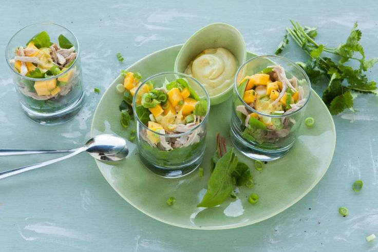 Feestelijk en fris voorafje deze kipcocktail met kerriemayonaise en mango - Recept - Allerhande