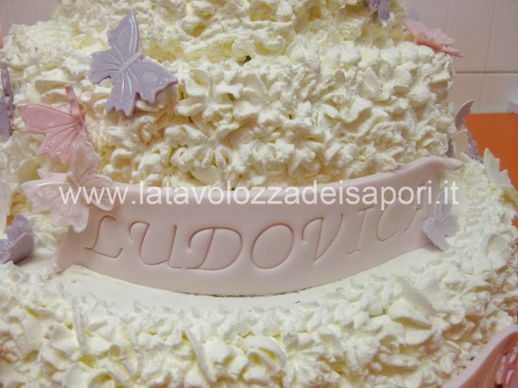Torta di Panna con Farfalle per Battesimo  http://www.latavolozzadeisapori.it/ricette/torte/torta-di-panna-con-farfalle-per-battesimo