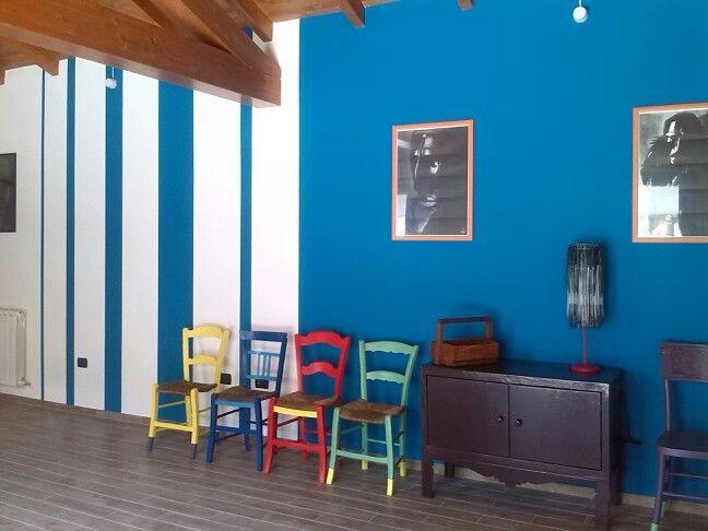 Parete blu petrolio,sedie colorate,mobile handmade,lampada fascette