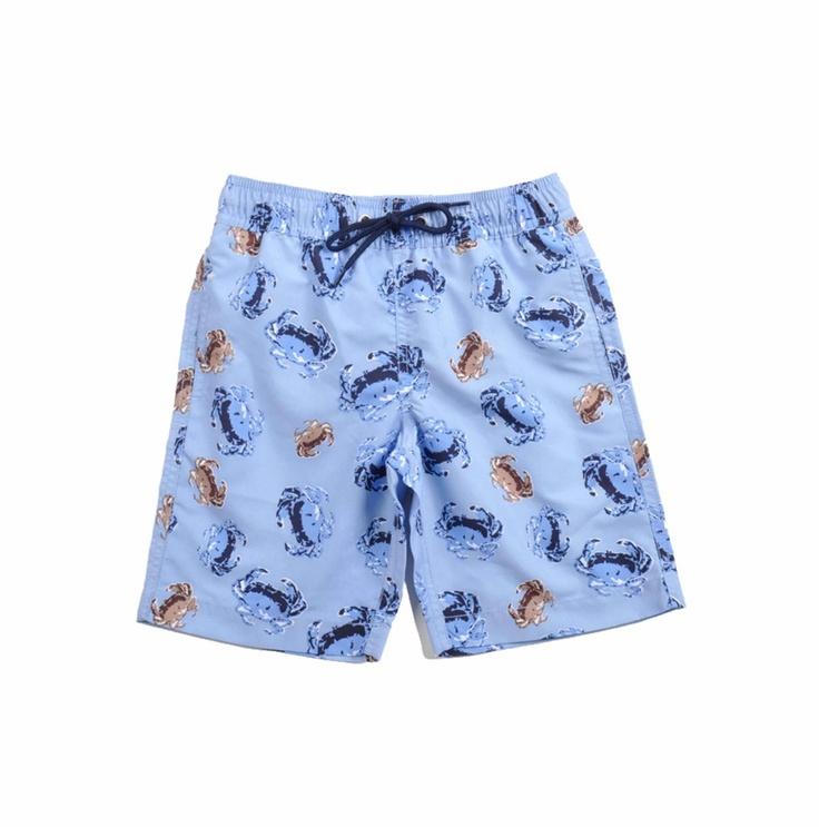 """Traje de baño tipo """"Boardshort"""" para niño, con estampado de cangrejos en colores azul marino y beige sobre fondo azul claro."""