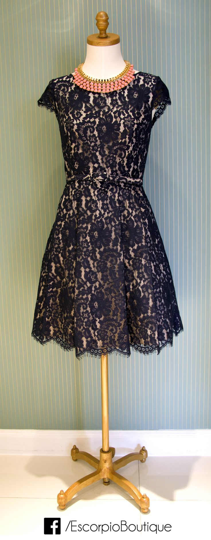 vestido corto de encaje.