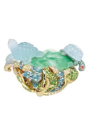 Joaillerie : les bijoux fantastiques de la joaillerie - Bague du « Coffret de Victoire » en or jaune et blanc, diamants, jade, aigues-marines, grenats tsavorites, saphirs oranges et tourmalines paraïba, Dior Joaillerie bijoux inspirés par la nature -