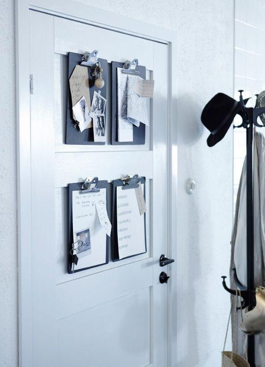 Quatro pranchetas colocadas numa parede. Cada prancheta tem informações para as visitas