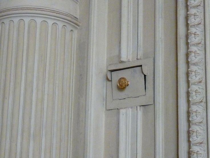 Вентиляционное отверстие в особняке А. Л. Штиглица. Фото 2009 г.