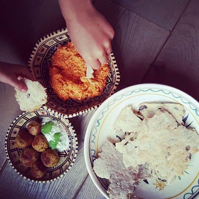 Vegetarische aperitiefhapjes: falafel, hummus en olijvenbrood  http://deluievegetarier.com/falafel/