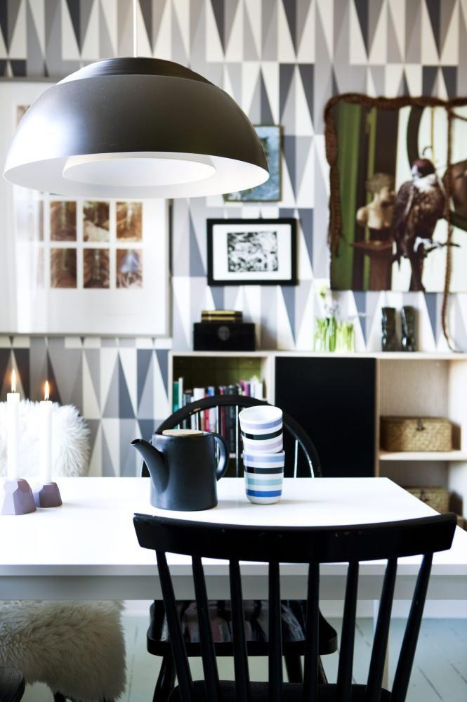 GJENBRUK: Spisebordet og stolene kostet under 600 kroner tilsammen. Bordet er fra Ikea. Stolene er ulike, men siden de er malt i samme farge, fremstår de som et sett. Tapetet er fra fermliving.dk, og den vegghengte skjenken er bokkasser fra traevarer.dk.