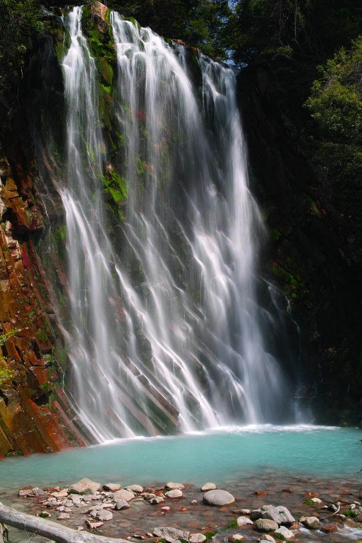 鹿児島県霧島市の丸尾滝。  温泉の成分の影響で周りの色が豊かでとても美しい。