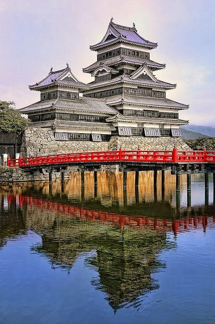 """El Castillo de Matsumoto, también conocido como el """"Castillo del Cuervo"""" debido a su exterior negro, es uno de los castillos históricos más importantes de Japón. Se encuentra en la ciudad de Matsumoto, en la Prefectura de Nagano y está a poca distancia de Tokio por carretera o tren. El manto (tenshukaku), que se completó a finales del siglo XVI, mantiene sus interiores de madera originales y piedra exterior."""
