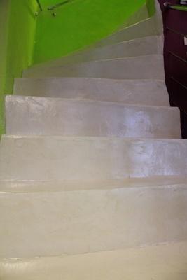 Escalier en béton ciré blanc  Polished Concrete on a Staircase - White