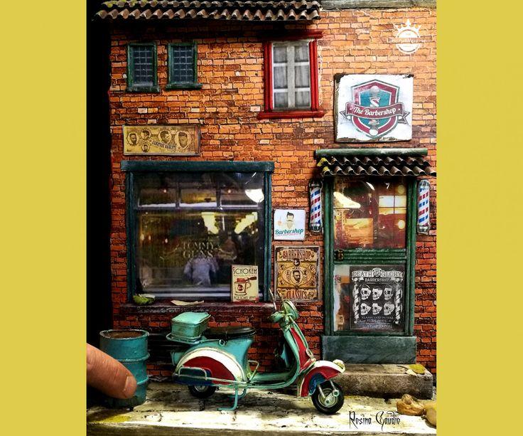 DioramaTattoo ShopPara decorar oseu espaço !As miniaturassempre nos encantam.O diorama feito com muitos detalhes,charme e criatividade !O diorama vem com a mota vespa !Uma bonita peça de decoração !30 x 25x 10cm