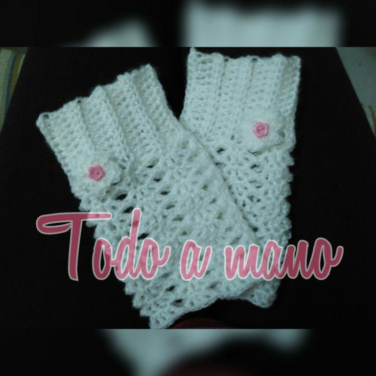 Mitones o guantes sin dedos realizados a crochet. Motivo flor con botón. Talla M. Punto fantasía.