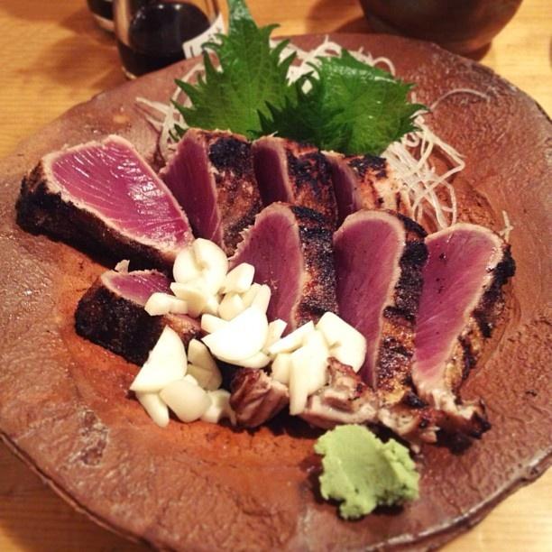黒尊さんで晩ごはん。    ここはメニューがなくて、おまかせのみ。  大将がこちらの食べっぷりや進み具合を見て、次の料理を出してくれます。    天然の生牡蠣、鮪の心臓、お刺身4点盛り、鰹のたたき、ブリカマとサヨリの塩焼き、ぶり大根、すり身の揚げ物、カレイのあんかけ、握り寿司、フグのお吸い物、これだけ食べました。食べ過ぎですな。大将にも、三人前は食べたで、と言われました。笑    鮮度が良くて、どれもめちゃくちゃ美味しい!  が!ボリュームがハンパないです!    picは鰹のたたき。  大将に『冷めるとまずいから、早く食べて!』と急かされ、大きな一切れを口に頬張ったら…    美味しすぎて目がまん丸に!  ちなみにタレはつけません。ニンニクとワサビのみ。  これがめちゃくちゃ美味しい!  感動の一品、いや、逸品☆    大満足でした。  ご馳走様でした(Ӧ)(ӧ)(Ӧ)~♬ - @cao_life- #webstagram