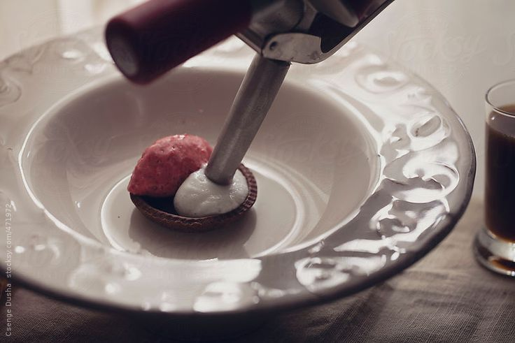 Making method of Raspberry&Ginger&Coffee plate dessert: raspberry mousse, ginger espuma Restaurant plate dessert in raspberry (mousse), ginger (espuma), chocolate (dome) and coffee (hot saluce) flavour. Making method seen in the album