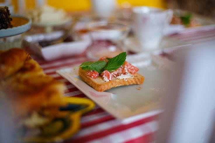 Bruschetta a la ricotta - The dearest Arıkan sisters' breakfast club in their own warm cozy home @minearikan @mervearikan