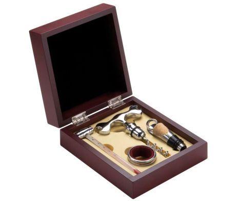 Luxusná vínová súprava v drevenej darčekovej krabičke s rôznymi doplnkami ako napríklad: zátka s vývrtkou. Táto vínová súprava obsahuje všetko, čo môžete potrebovať. Sada je vhodná ako darček alebo ako dekorácia pre každého milovníka vína. Sada je v kvalitnom kufríku z hnedej farby. http://www.luxusne-doplnky.eu/