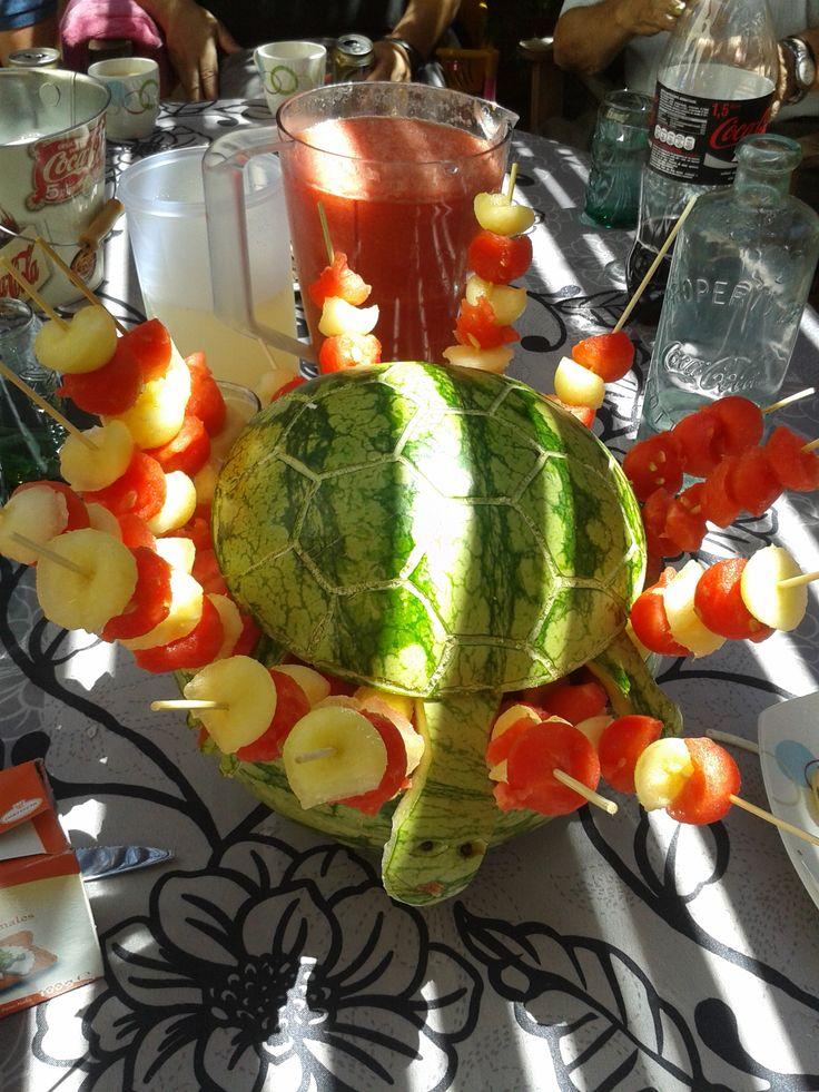 Sandía con forma de tortuga como recipiente para sostener los pinchitos morunos de sandía y melón.