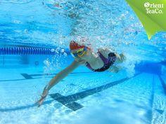 #TipsSaludables. La natación. TOMA LO MEJOR DE LA VIDA. La natación es uno de los deportes más completos que existe, además, es de bajo impacto y los músculos trabajan entre 5 y 6 veces más que en la tierra. Lo pueden practicar todas las personas y se puede usar para la rehabilitación y problemas de la columna. Después de realizar cualquier actividad física, te recomendamos hidratarte con una bebida refrescante y saludable como Orient Tea.
