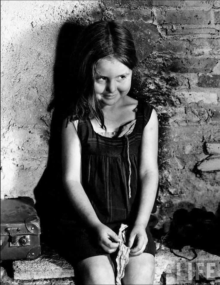 Barcelona, 1939. Niña madrileña hija de refugiados republicanos. La fotografía es de Margaret Bourke-White para la revista Life.