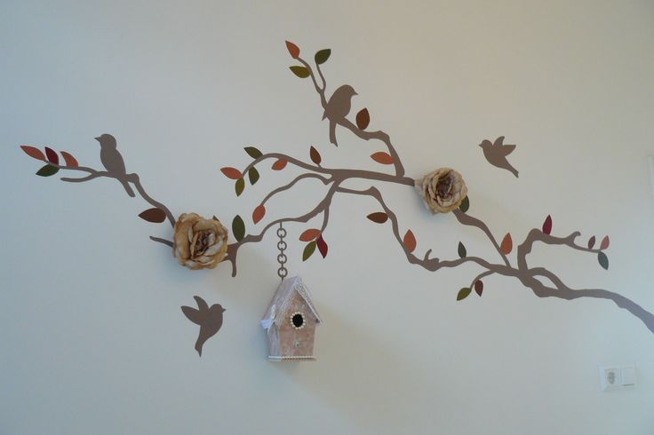 Muurschildering tak babykamer of kinderkamer. Tak met vogels en 3D bloemen. De blaadjes in herftstkleuren. Bekijk ook mijn Facebookpagina:  https://www.facebook.com/esthersmuurschilderingen/