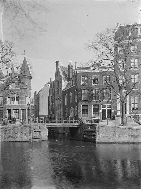 1940 Zicht op de Herengracht in Amsterdam. Op de achtergrond het centrum de Beulings Loot De Herengracht is de tweede van vier kanalen die behoren tot de 'Grachtengordel'. Het kanaal ligt tussen de Singel en de Keizersgracht. De Gouden Bocht is een vaak bezochte deel van het kanaal als gevolg van de grote en mooie grachtenpanden. De bouw van de Herengracht werd gestart in 1612, op initiatief van burgemeester Frans Hendricksz.