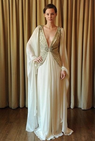 Temperley 2013 é uma colecção de vestidos de noiva muito estilizada. Este vestido alia o brilho do ouro à ousadia de um decote profundo.