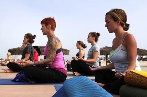 """Yoga y Depresión en el Embarazo. En el estudio, 34 mujeres embarazadas con depresión acudieron a clases de yoga durante 10 semanas. También se animó a las mujeres a que hicieran yoga en casa.  """"Esto es realmente un intento de desarrollar un rango más amplio de opciones que se adapten a las mujeres que estén experimentando este"""