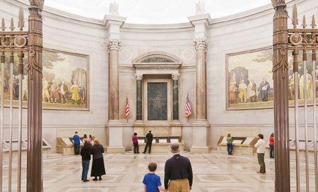 """독립선언서·헌법·권리장전 원본 전시…미국의 영혼 상징  100억 페이지 문서와 2천5백만장 사진 보관  루즈벨트 대통령은 1941년 자신의 도서관을 헌납하는 기념식에서 이렇게 말했다. """"나는 세가지를 믿는다. 과거를 믿고 또 미래를 믿는다. 그 무엇보다 과거로부터 배워 올바른 판단을 내려 우리 자신의 미래를 창조하는 그 능력을 믿는다."""""""