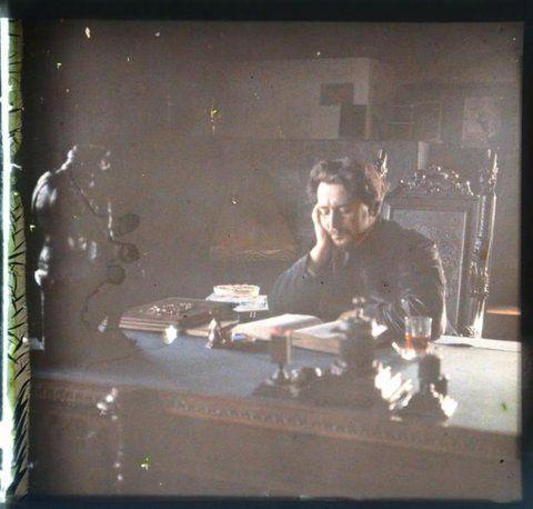 Автопортрет за рабочим столом, в кабинете дома на Черной речке. Стереопара. Около 1910 г.