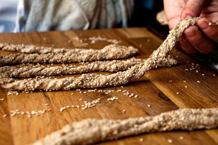 Φτιάξτε πεντανόστιμα κριτσινάκια ολικής άλεσης με ελιά