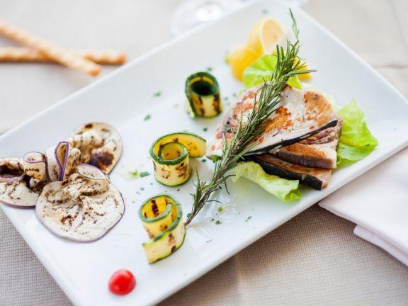 Gegrillter Schwertfisch mit Gemüse ist ein Rezept mit frischen Zutaten aus der Kategorie Fruchtgemüse. Probieren Sie dieses und weitere Rezepte von EAT SMARTER!