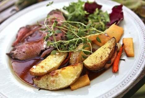 Älgköttet marineras och steks vid låg temperatur så det blir riktigt saftigt. Gott med rostade rotsaker och viltsky.