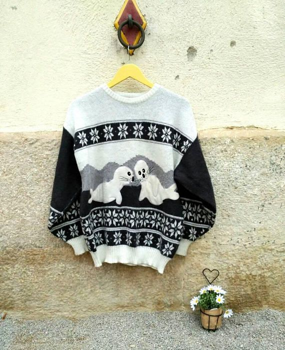 *** Cute animal friendly 80s sweater. Grey and White borders vintage pullover. Seals and friendly wildlife jersey. Charming embroidered seals sweater, perfect for winter. It has vintage borders in gray and white, and the cute seals embroidered feel a soft touch. Pullover fabric is very nice. It is a 80s sweater, made in Korea. 18€ *** Encantador jersey de focas bordadas, ideal para invierno. Si eres amante de los animales éste es un jersey para ti! 18€ *** By MaletaVintageClothes