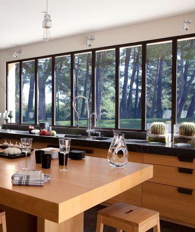 Maison moderne avec grandes fenêtres, baies vitrées et baies coulissantes
