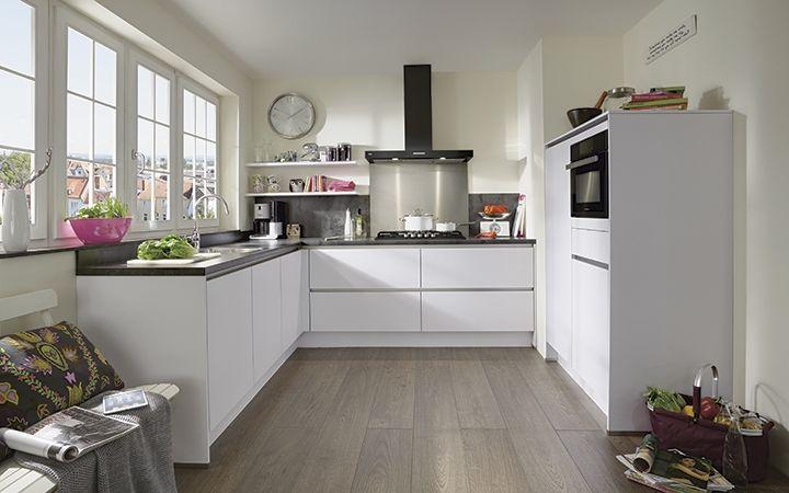 Alle wanden en iedere hoek van deze keuken zijn benut. Dit zorgt voor veel opbergvolume en een zee aan werktruimte. Brede laden en ruime toegankelijke kasten zorgen voor een ruimtelijk effect. http://www.i-kook.nl/producten/lazio