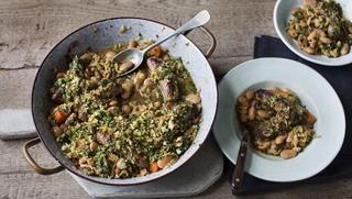 Quick sausage casserole with Savoy cabbage pesto