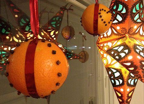 Apelsiner med kryddnejlikor. Pyssel för stora och små barn. Pyssligheter.se