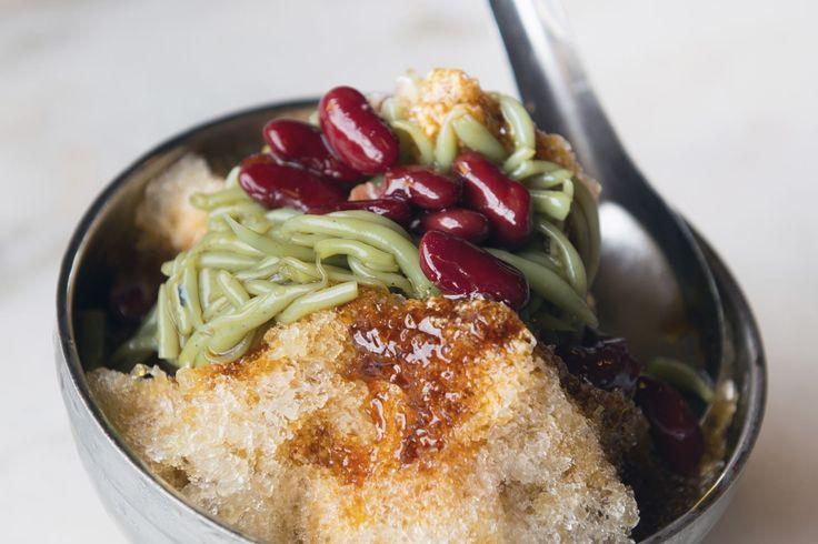 """Veja 15 sobremesas bizarras e maravilhosas do mundo-CENDOL: MALÁSIA Não se impressione com estas """"minhocas verdes"""" nesta deliciosa sobremesa! Popular em todo o Sudeste Asiático, o cendol é feito de leite de coco, gelatina de noodles com verduras colorindo, gelo raspado, açúcar de palmeira e feijão vermelho"""
