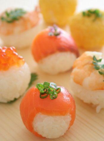 一口サイズの手まり寿司は、ホームパーティーにもぴったり。クリスマスやおめでたい新年のパーティーメニューにいかがですか?