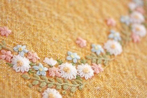 . 花のコーナー刺繍 . . #刺繍#手刺繍#ステッチ#手芸#embroidery#handembroidery#stitching#needlework#자수#broderie#bordado#вишивка#stickerei
