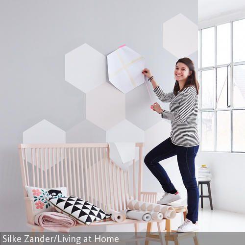 Langsam genug vom Winter in der Wohnung? Innenarchitektin Marie-Lena Montagnana zeigt, wie sie mit kreativen Tapeten-Ideen und frischen Farben den Frühling ins …
